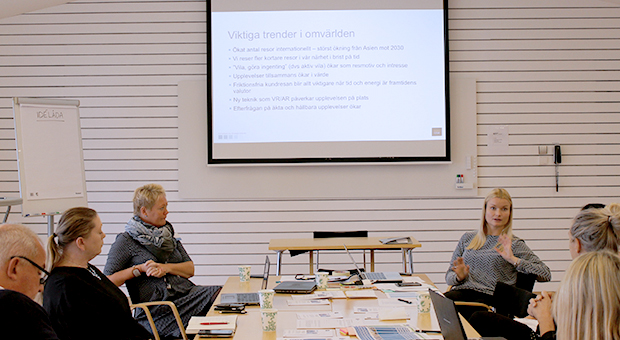 Foto från workshop med workshopdeltagare i dialog.
